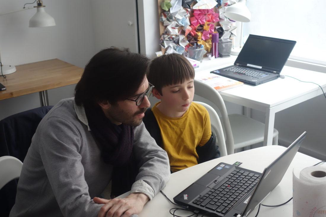 Adulte et enfant devant un ordinateur